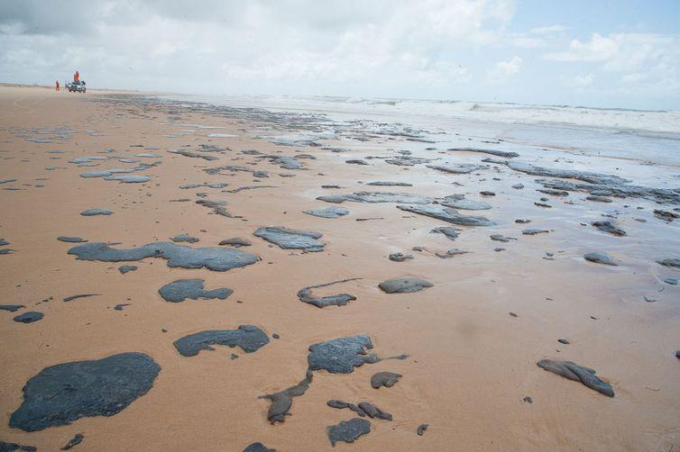 Prefeitura de Tamandaré convoca voluntários para possível chegada de óleo em costa do município