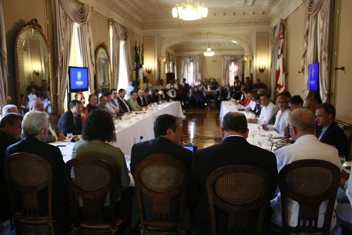 Ao lado de Paulo Câmara e Luciana Santos, almirante confirma que óleo é de origem venezuelana
