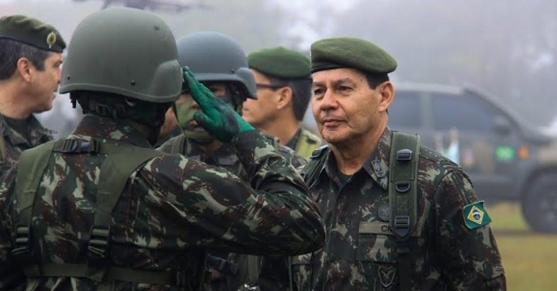 Mourão convoca 5 mil militares do Exército de Recife para limpeza de óleo nas praias do Nordeste