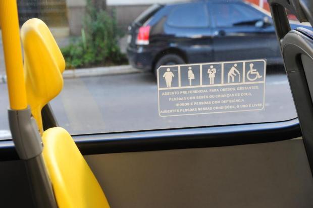 Lei sugerida por vereadora multará passageiro que ocupar assentos especiais em ônibus