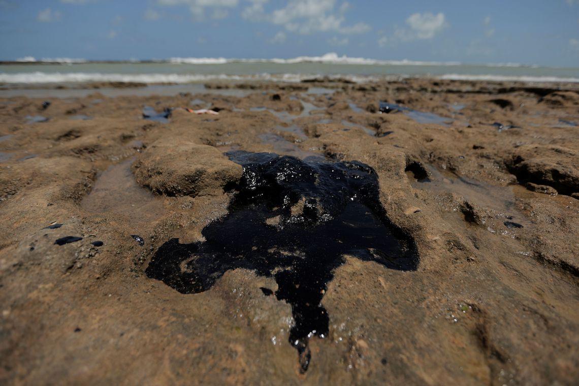 Fragmentos de óleo chegaram à praia do Espírito Santo