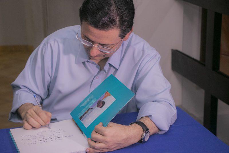 Antônio Campos realiza lançamento de livro e blog com noite de autógrafos em Olinda.
