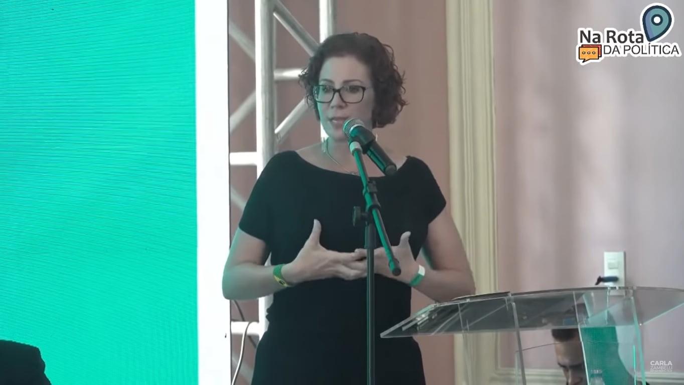 """Carla Zambelli chama ministros do STF de """"Bandidos de toga"""", em evento no Recife"""