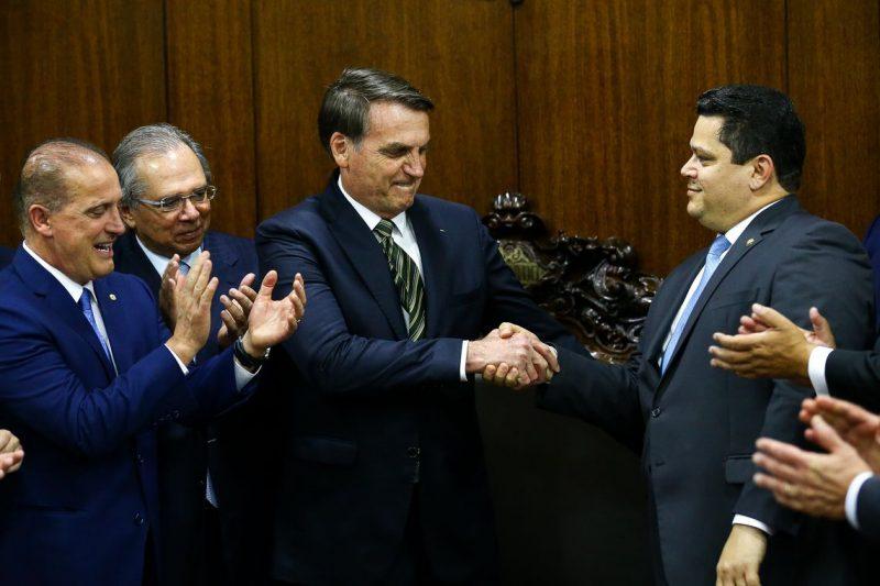 Bolsonaro e Guedes entregam parte de pacote com medidas econômicas