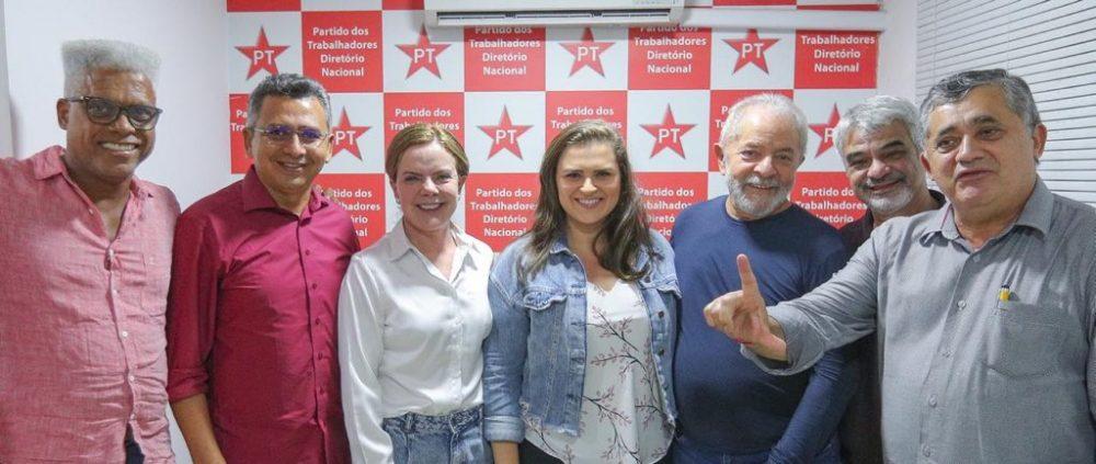 Marília se afasta dos símbolos do PT, adota o branco e omite estrela do partido, diz jornalista