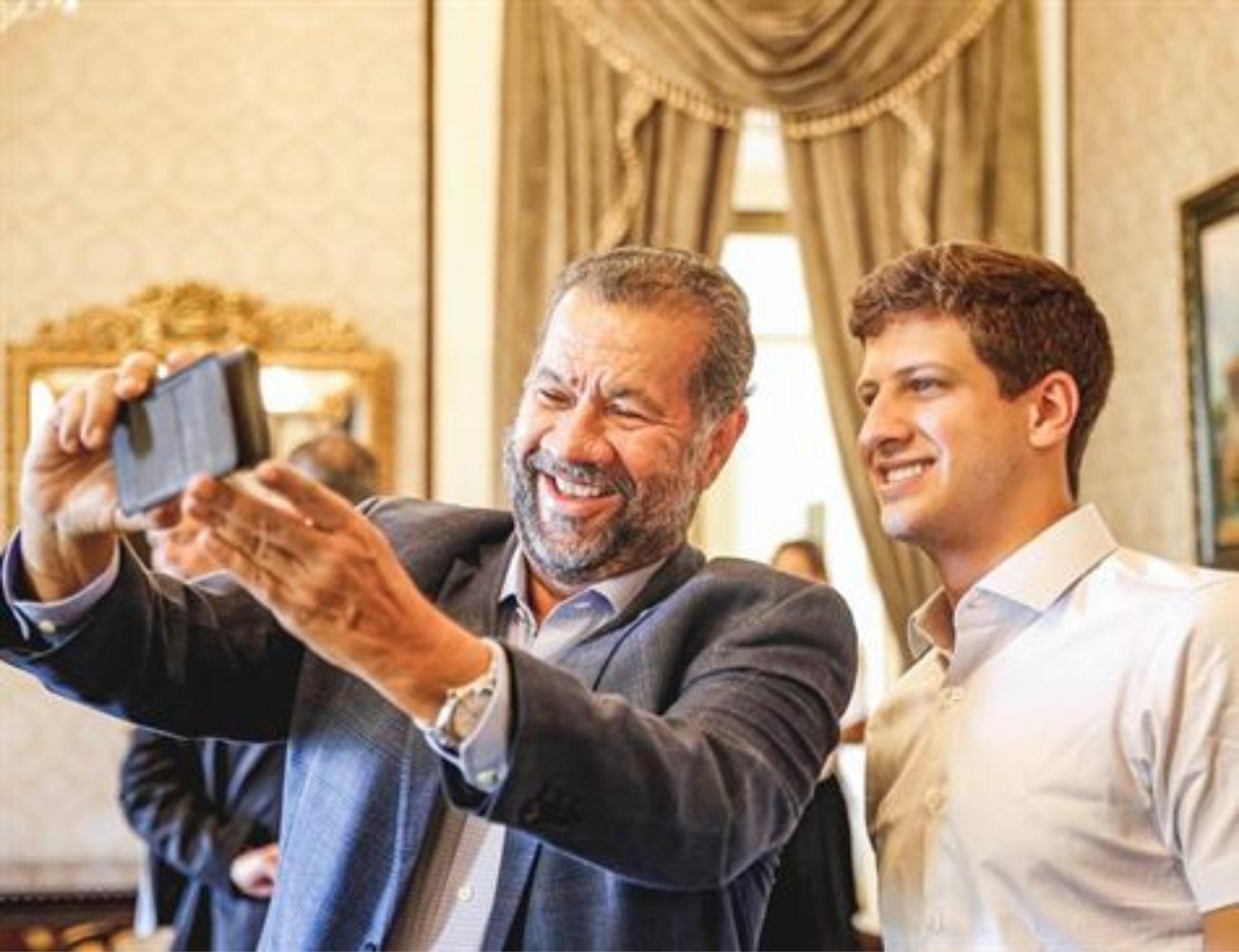 """""""Ele tem futuro, porque ele sabe chegar"""", diz presidente nacional do PDT sobre João Campos"""