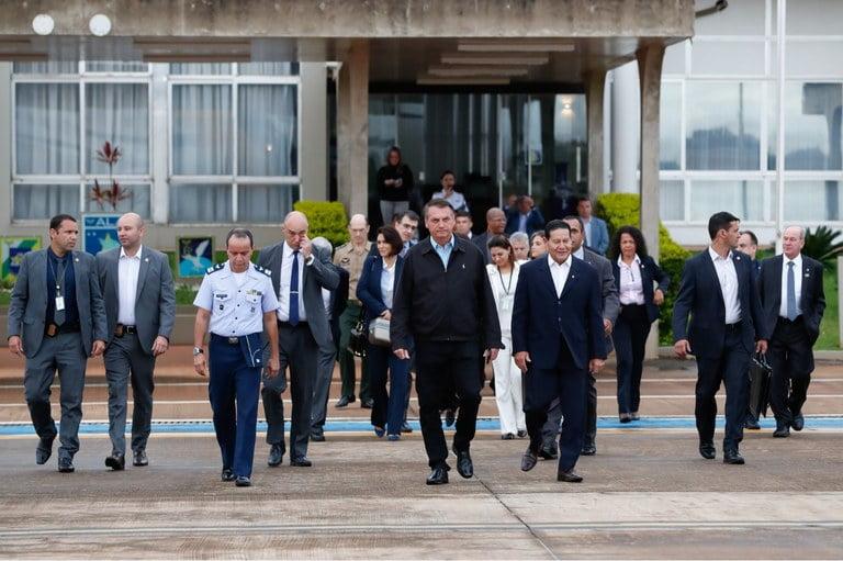Bolsonaro transmite cargo e segue para encontro com Trump nos EUA