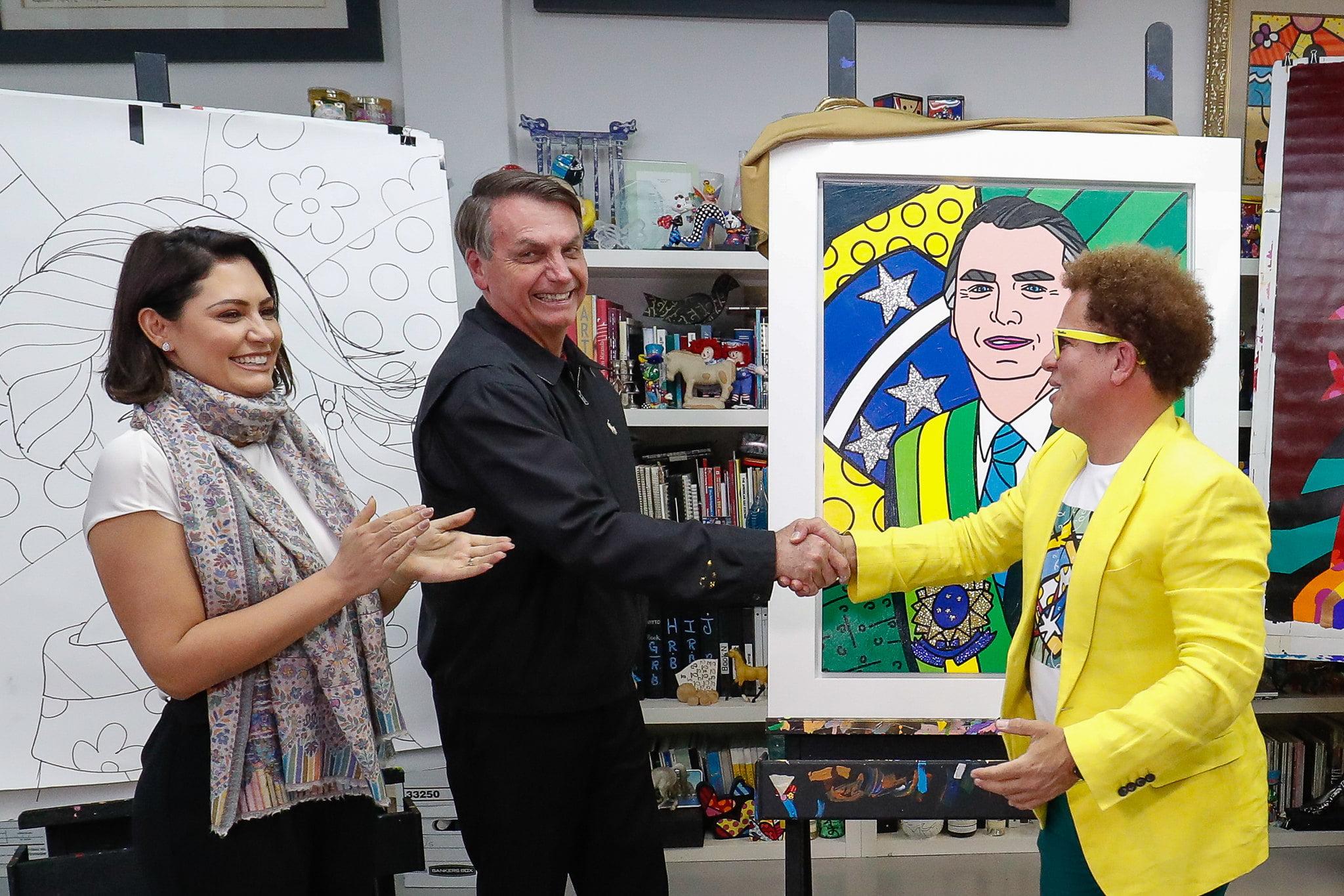 Romero Britto entrega quadro feito em homenagem ao Presidente da República Jair Bolsonaro.