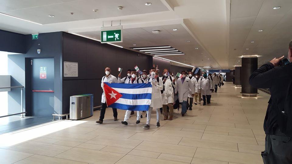 Vídeo: médicos cubanos são aplaudidos ao chegarem na Itália