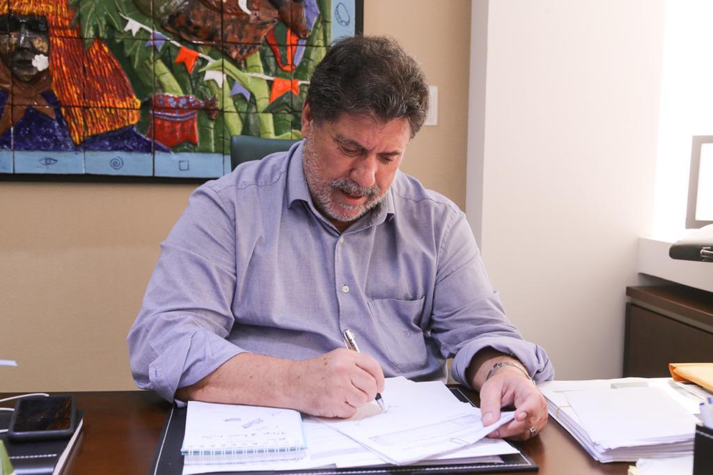 Prefeito Lula Cabral assina decreto na cidade do Cabo de Santo Agostinho