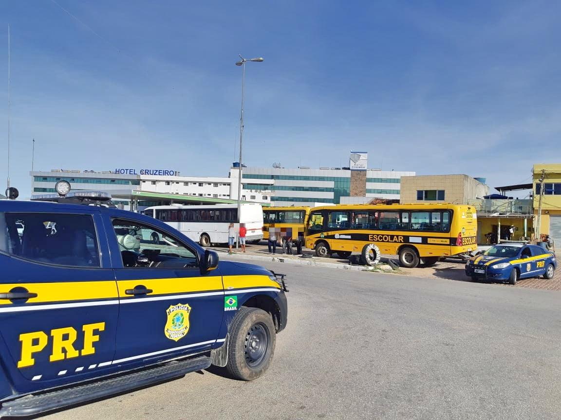 Van da prefeitura de Salgueiro que realizava transporte escolar irregular é retida pela PRF
