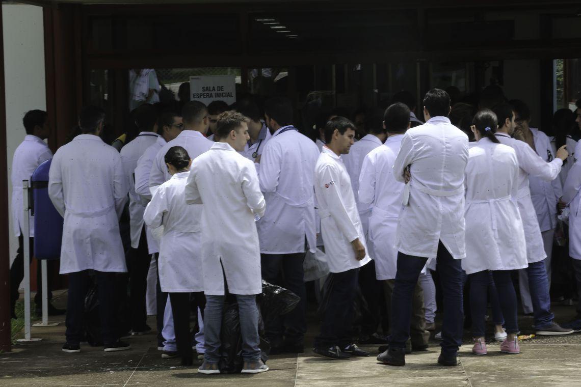 Médicos estrangeiros e brasileiros que se graduaram em outro país, fazem a segunda etapa da edição 2017 do Exame Nacional de Revalidação de Diplomas Médicos Expedidos por Instituições de Educação Superior Estrangeira (Revalida). formados no exterior