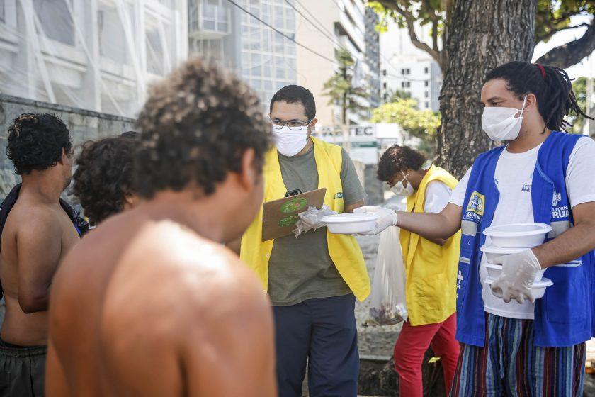 Prefeitura entrega marmitas a pessoas em situação de rua no Recife