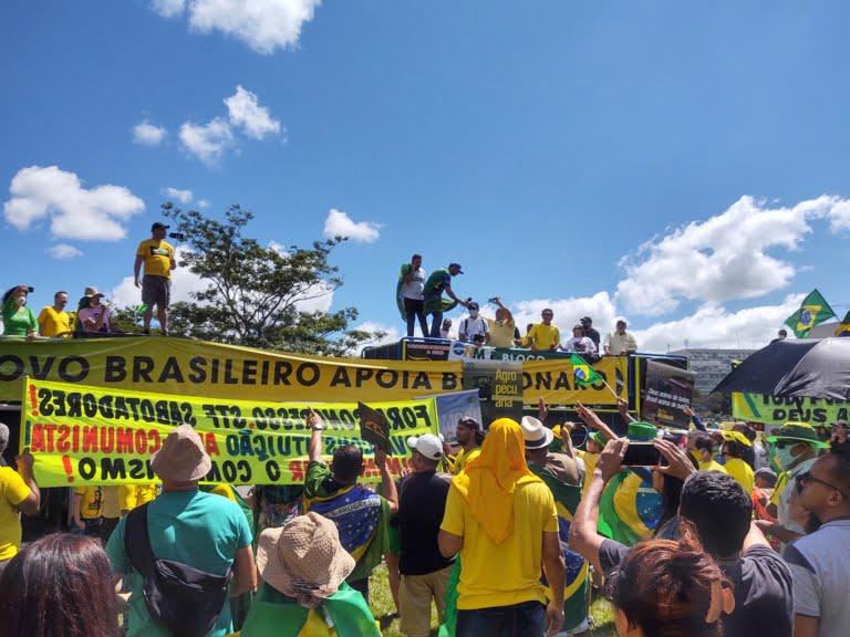 Manifestantes fazem carreata contra Rodrigo Maia em Brasília