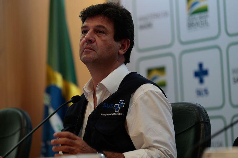 O ministro da Saúde Luiz Henrique Mandetta fala à imprensa.