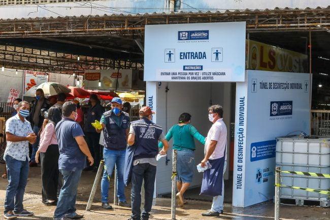 Túnel de desinfecção é instalado no Mercado das Mangueiras pela prefeitura do Jaboatão