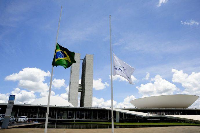 Congresso Nacional decreta luto oficial de três dias pelas 10 mil mortes por covid-19 no Brasil