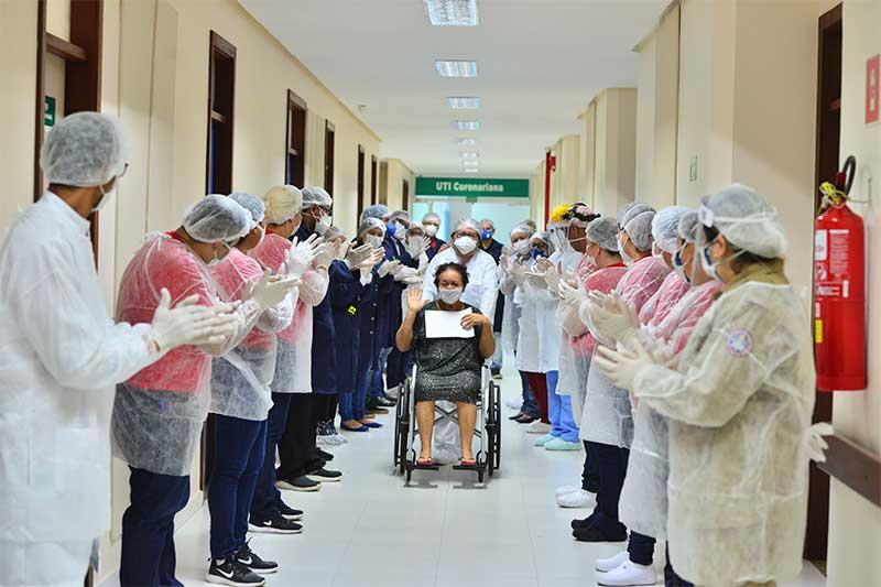 Paciente ganha alta de hospital após se recuperar da Covid-19.