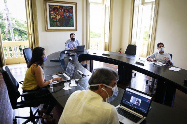 Governador Paulo Câmara faz reunião sobre 1º dia de quarentena rígida com secretários por videoconferência