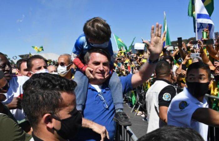 Bolsonaro participa de ato com críticas ao STF em Brasília e cumprimenta criança e apoiadores
