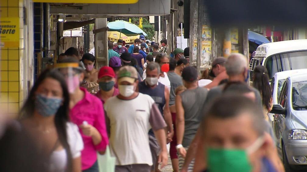 Feiras lotadas, aglomerações e pessoas sem máscaras no 2º dia de quarentena na Grande Recife