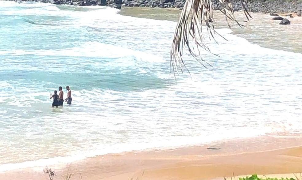 Policiais são vistos tomando banho de mar em Fernando de Noronha mesmo com decreto estadual