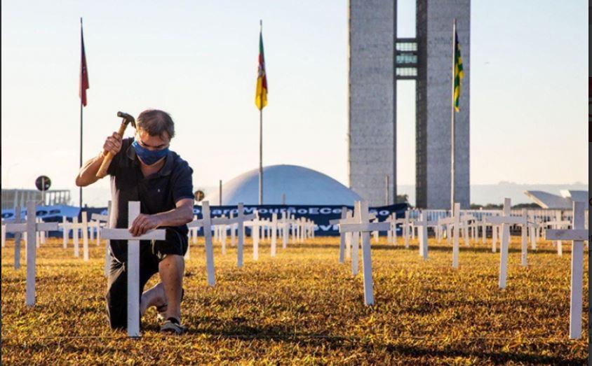 Grupo de ativistas culpa Bolsonaro por mortes da Covid-19 e põe mil cruzes em lembrança às vítimas