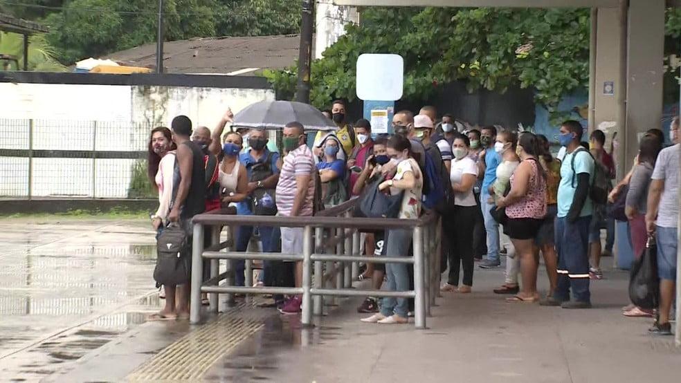 Grande Recife tem sexta-feira com muitos transtornos, ônibus lotados e protesto de rodoviários