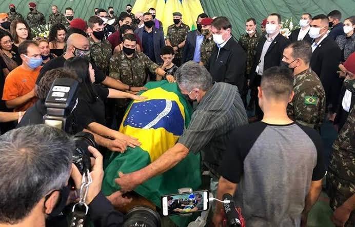 Bolsonaro participa de enterro de militar paraquedista.