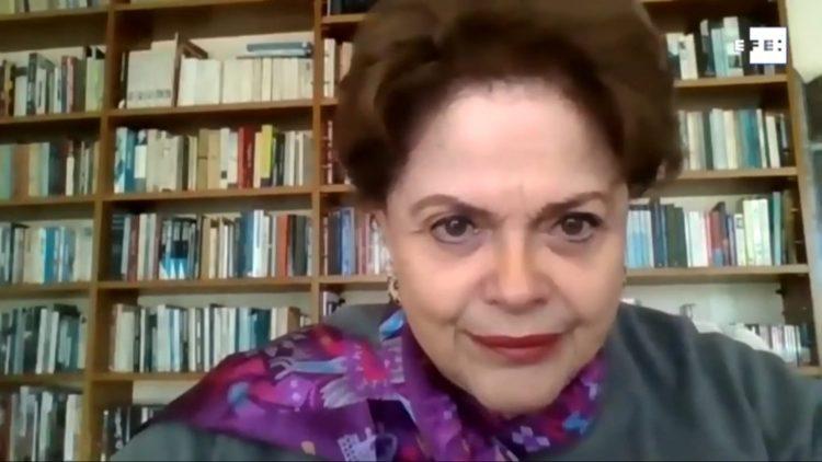 """Dilma: """"Era imprescindível retirar o Bolsonaro da gestão do país, porque não há gestão na área de saúde"""", opinou."""