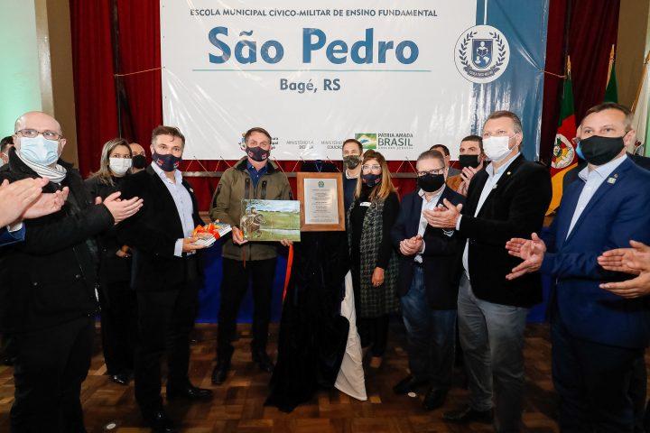 Bolsonaro entrega uma das primeiras escolas cívico-militares no sul do Brasil