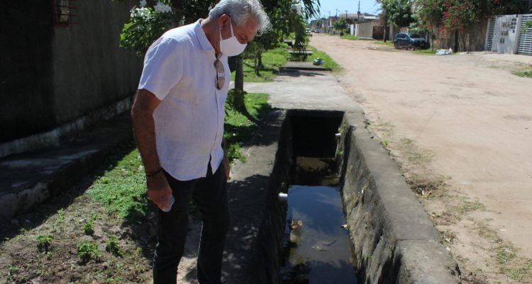 Engenheiro de formação, atual prefeito do Paulista, Jorge Carreiro, vistoria ruas da cidade
