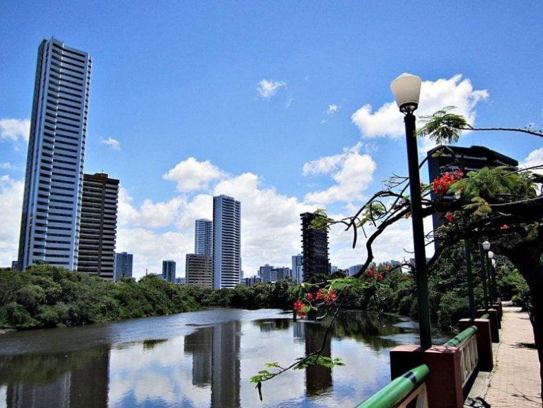 Prefeitura do Recife realiza ação de limpeza nos manguezais nas margens do Rio Capibaribe