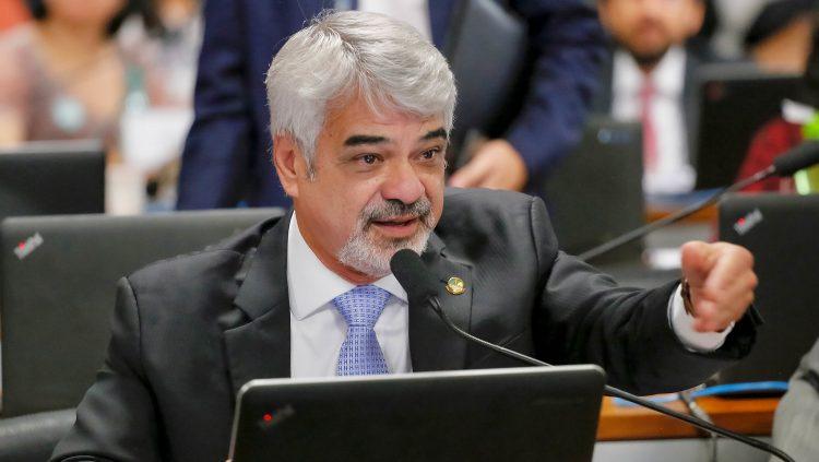 """Humberto diz que Bolsonaro faz campanha contra vacinação: """"É mais um ato genocida"""""""