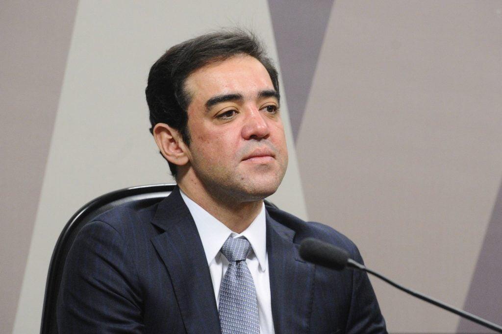 Ministro Bruno Dantas critica solução do governo para financiar programa Renda Cidadã