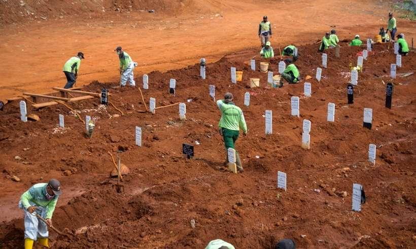 Indonésia: Cidadãos são condenados a cavar covas por não usar máscara.