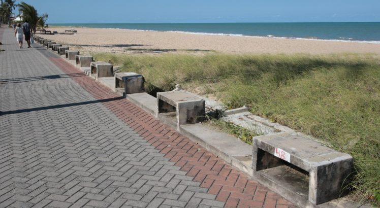 Prefeitura do Recife inicia recuperação dos bancos de concreto da orla de Boa Viagem