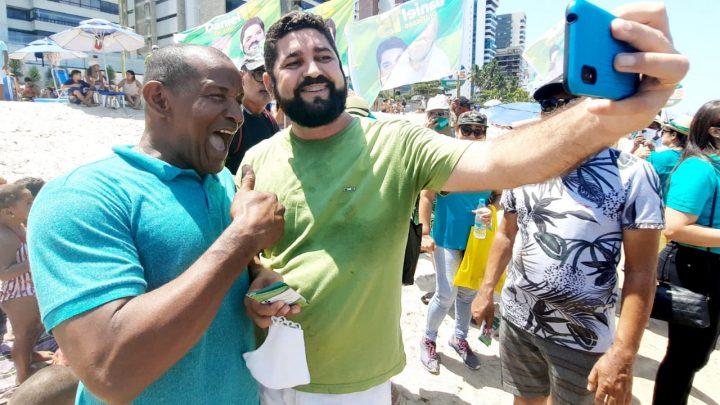 Daniel Alves dialoga com banhistas e comerciantes da orla de Piedade