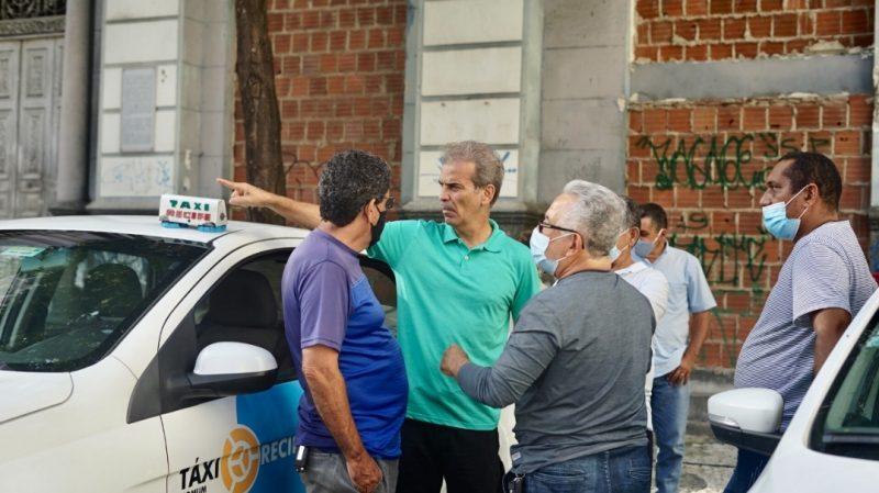 Coronel Feitosa ouve taxistas no centro do Recife e apresenta propostas à categoria