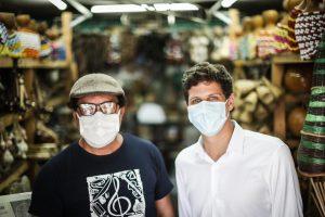 João Campos ao lado de um comerciante