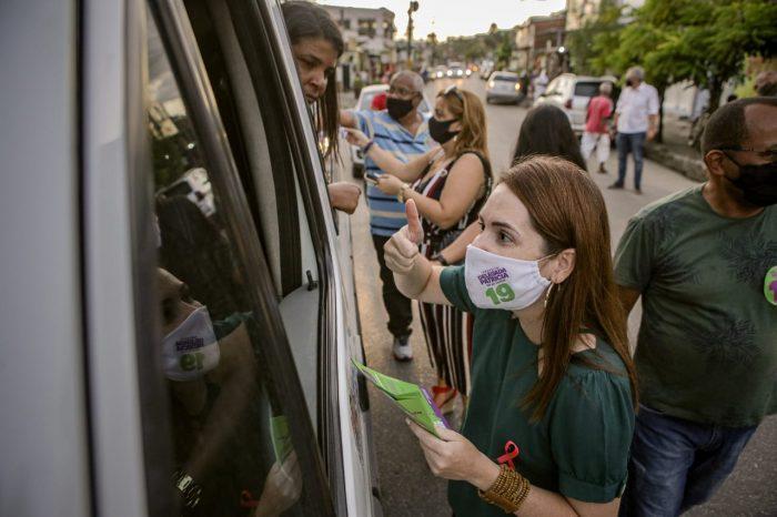 Em caminhada, Delegada Patrícia conversa com moradores e comerciantes da Bomba do Hemetério
