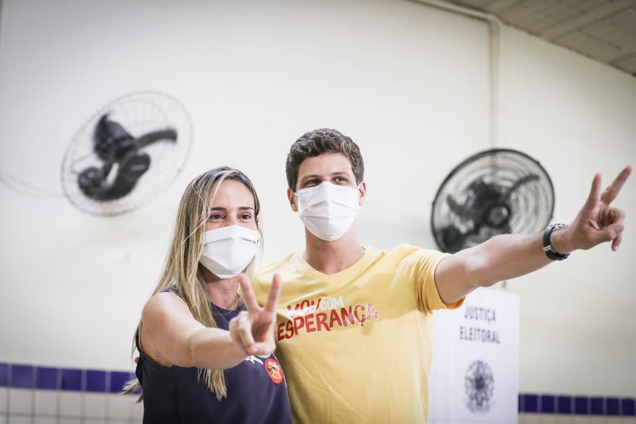 João Campos vota no Recife e faz promessas de gestão