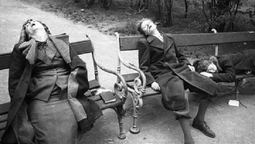Mulheres cometem suicídio numa praça em Berlim.
