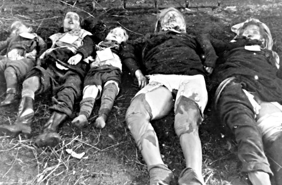 Fotografia tirada pela SS de uma família morta. As duas mulheres apresentavam sinais de estupro.