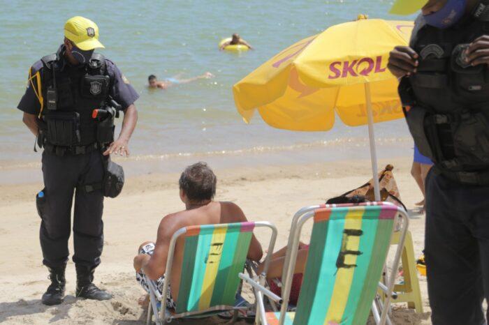 Em Olinda, fiscalização na praia orienta banhistas e comerciantes