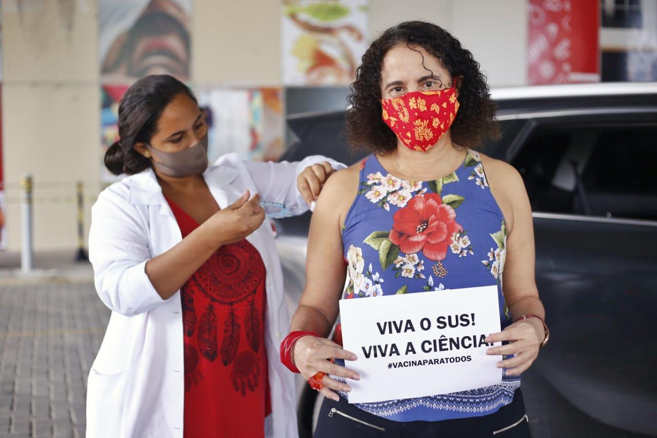 Vice-governadora de Pernambuco, Luciana Santos, recebe vacina contra covid-19