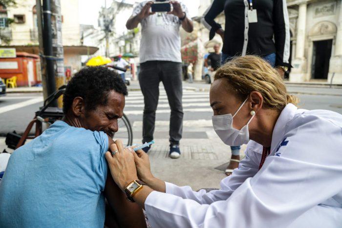Recife leva vacinação itinerante contra covid-19 a dez novas comunidades nesta semana