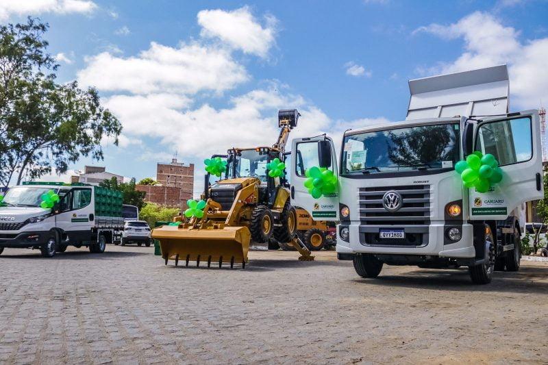 Prefeitura de Caruaru realiza entrega de caminhões e retroescavadeira para a zona rural do município