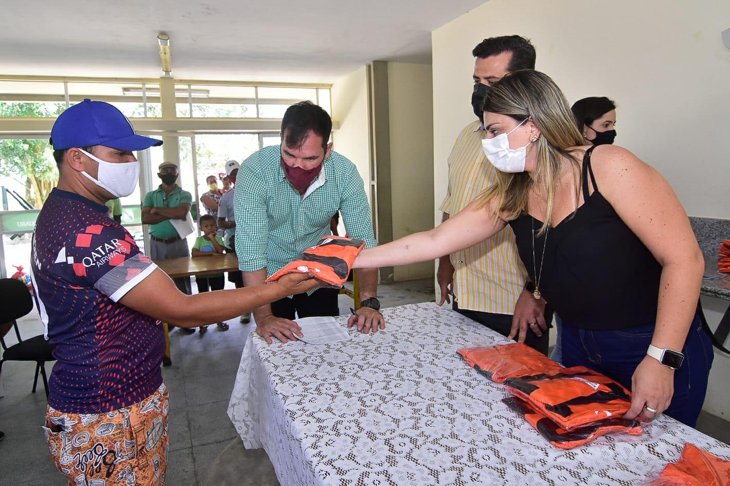 Em Caruaru, Ceaca entrega novos coletes a carroceiros e vendedores ambulantes para ajudar na identificação dos trabalhadores