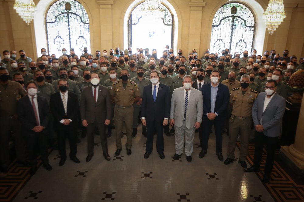 Governador recebe sargentos da PMPE e do Corpo de Bombeiros em agradecimento por sanção que autorizou promoção de 488 praças das instituições